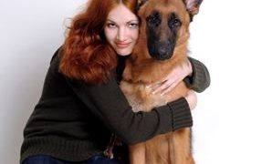 Hero dog saves 2 girls